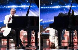 """Britain's Got Talent: Ngỡ ngàng với thí sinh """"cắm đầu xuống đất"""" chơi piano"""