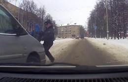Belarus: Cảnh sát lấy thân mình chặn ô tô bảo vệ trẻ em