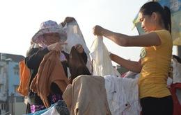 Niềm vui từ quầy quần áo miễn phí cho người nghèo