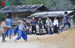Vui nhộn trò chơi đánh quay của người Mông
