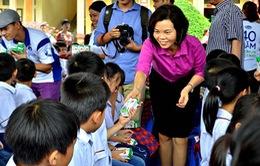 Quỹ Vươn cao Việt Nam trao sữa cho 40.000 em nhỏ khó khăn
