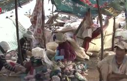 """Mưu sinh trên bãi rác, người dân ăn, ngủ với """"tử thần"""""""