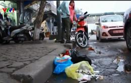 Phòng khám tư vứt kim tiêm dính máu ra lòng đường Giải Phóng, Hà Nội