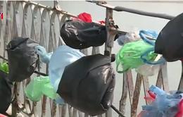 Cầu Long Biên ngập rác trong ngày mùng 5 Tết