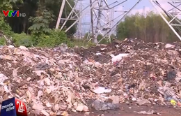 Nhức nhối nạn đổ trộm rác thải công nghiệp sang vùng giáp ranh