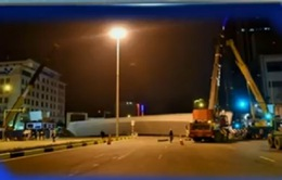 Hà Nội: Dầm thép cầu vượt khổng lồ rơi xuống đường