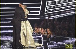 Rihanna hẹn hò với rapper Drake