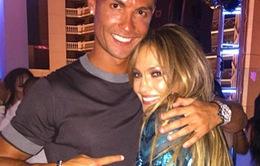 Ronaldo chúc mừng sinh nhật J-Lo bằng cái ôm chặt cứng