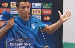 Ronaldo bực tức rời họp báo vì bị hỏi về quả penalty của Messi