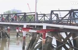 Sà lan 500 tấn chìm sau khi tông vào cầu Rạch Đĩa 1