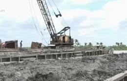 Tạm giữ 3 sà lan chở 600 tấn chất thải khả nghi trên sông Sài Gòn