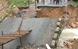 Mưa lũ làm sập cầu tại miền núi Quảng Nam