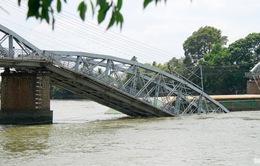 Tích cực tìm kiếm nạn nhân mất tích trong vụ sập cầu Ghềnh