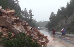 Hàng loạt tuyến đường bị sạt lở, ách tắc do mưa lũ