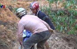 Sạt lở núi cô lập 600 hộ dân tại Quảng Ngãi