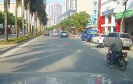 Mazda lạng lách, tông xe máy rồi bỏ chạy