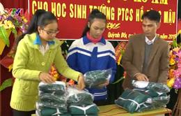 Tặng 1.000 áo khoác cho học sinh nghèo huyện Quỳnh Lưu