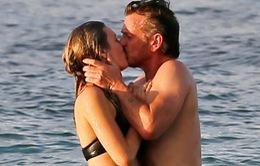 Sean Penn hẹn hò với bạn gái kém tuổi con