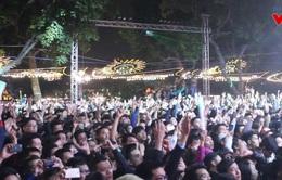 """Hồ Hoàn Kiếm náo nhiệt khi hàng ngàn người """"countdown"""" đón năm mới"""