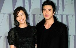 Kwon Sang Woo khoe ảnh ôm vợ tình cảm