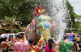 Lễ hội té nước cầu may tại xứ sở Chùa Vàng