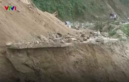Sụt lún nghiêm trọng, đường Trường Sơn Đông bị chia cắt