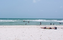 Đi tắm biển, 2 nữ sinh bị sóng cuốn tử vong