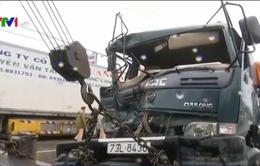 Thiếu quan sát, ô tô bị tàu hỏa đâm biến dạng