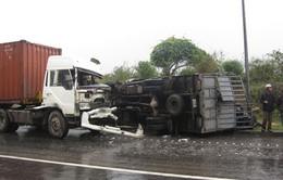 Liên tiếp 2 vụ tai nạn liên quan đến xe tải chở vật liệu nặng