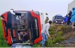 Lật xe khách tại Nghệ An, 11 người thương vong