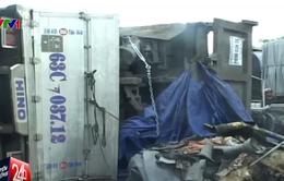 Xe tải đâm dải phân cách, 2 người bị thương nặng