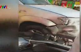 Ô tô nổ lốp đâm liên hoàn 9 xe máy, 4 người bị thương