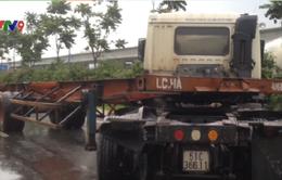 Va chạm giữa 2 xe container trên Xa lộ Hà Nội