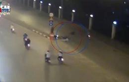 Chuyển hướng đột ngột, xe máy bị húc văng xuống đường