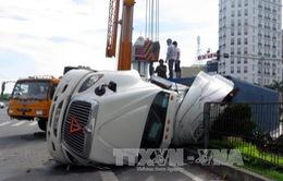 Xe container lật ngang trên quốc lộ 10