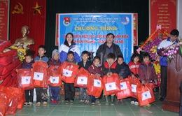 Tình nguyện mùa đông mang hơi ấm về xã A Mú Sung