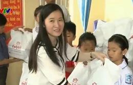 Tặng quà cho trẻ em nghèo vượt khó tỉnh Thái Bình