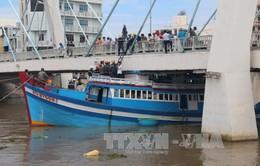 Bình Thuận: Khẩn trương cứu hộ tàu cá mắc kẹt dưới gầm cầu