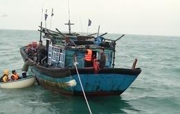 Cứu 4 thuyền viên, 9 nhà khoa học gặp nạn trên biển