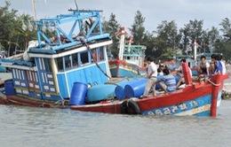 Phú Yên: Tránh lũ, tàu cá bị sóng đánh chìm