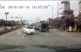 Hà Nội: Taxi thản nhiên chạy ngược chiều trên đường Lê Trọng Tấn