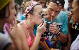 Giới trẻ châu Âu giảm hút thuốc và uống rượu so với 20 năm trước