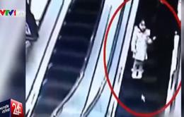 Xe đẩy hàng rơi xuống thang cuốn tại Trung Quốc, 2 mẹ con bị thương