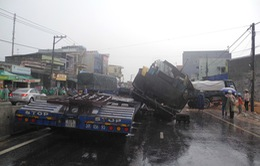 Quảng Ngãi: Xe đầu kéo húc lật xe tải, 2 tài xế bị thương
