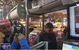 Người tị nạn mua hàng tiện lợi với công nghệ quét mống mắt