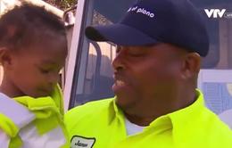 Tình bạn ấm áp giữa cậu bé 2 tuổi và công nhân vệ sinh