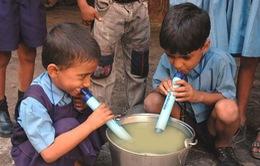Sử dụng dụng cụ LifeStraw để uống nước sạch ở bất cứ đâu