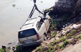 Ô tô tông xe máy, cả hai rơi xuống sông