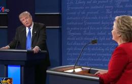 """Hai ứng viên Tổng thống Mỹ tranh luận: """"Ăn miếng trả miếng lẫn nhau"""""""