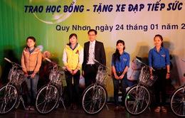 Trao học bổng, xe đạp cho SV nghèo vượt khó